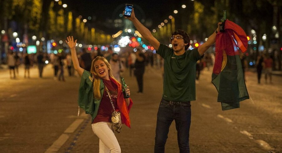 Portugisiske fans fejrer EM-sejren over Frankrig på Champs-Elysees i Paris 10. Juli 2016.