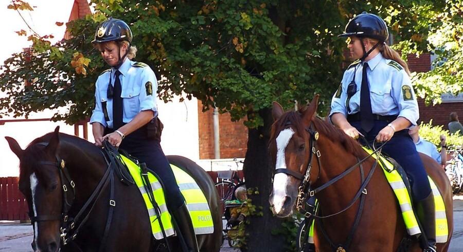Mandag demonstrerer en gruppe borgere mod, at Københavns Politi vil nedlægge sin afdeling med politiheste. Her to politibetjente til hest på Nørrebro.