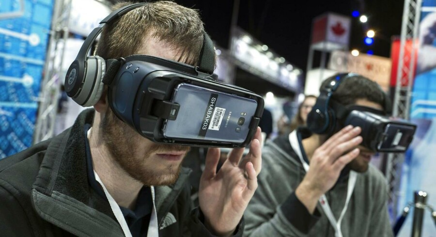 Igennem et par VR-briller, kan man som bruger opleve følelsen af at være i et simuleret miljø, hvor man kan interagere med andre mennesker eller være inde i en film eller et spil.