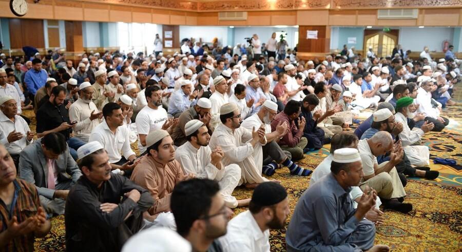 Flere steder i Storbritannien har folk modtaget breve, der opfordrer til overfald mod muslimer. Den britiske terrorenhed efterforsker brevene som mulige hadforbrydelser. En af opfordringerne går på at bombe moskéer. Her fredagsbøn i Manchester, maj sidste år.