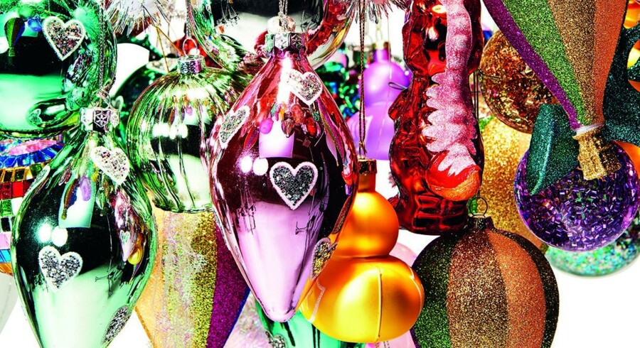 Glimmer, farver og skinnende overflader i et miks af klassiske julekugler og skæve påfund sætter en festlig julestemning. Billedet her er fra Flying Tiger, som byder på alt fra dinosaurer til luftballoner. Foto: Flying Tiger