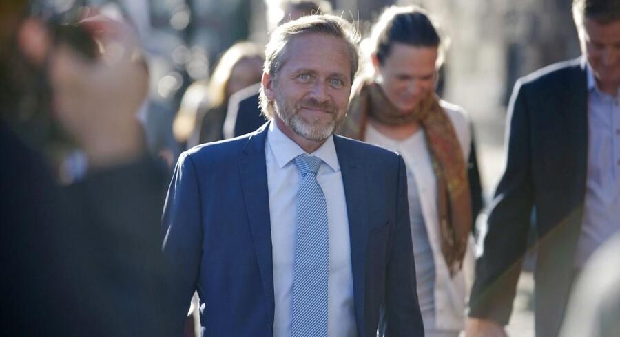 Hvis politik en dag glipper for Anders Samuelsen, kan han måske gøre »bottleflip« til en levevej.