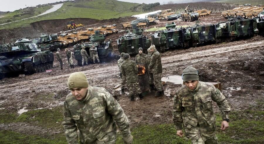 Tyrkiske soldater træner nær grænsen til Syrien, hvor de er i gang med at nedkæmpe syrisk-kurdiske krigere, som har været Vestens nærmeste allierede i kampen mod Islamisk Stat i Syrien.