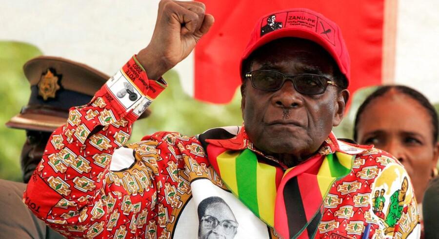 Zimbabwes præsident, Robert Mugabe, gestikulerer her under et valgmøde i en mindre by nordøst for hovedstaden Harare tilbage i maj. REUTERS/Philimon Bulawayo/File Photo.