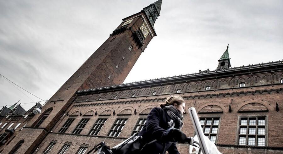 Københavns Rådhus vil fremover huse en rådhuscafe, hvor turister og borgere kan få gryderetter og sidde ved langborde.