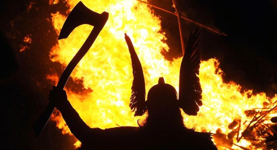 Britisk fritidsviking ved en brændende langbåd til vikingefestival på Sheltlandsøerne.