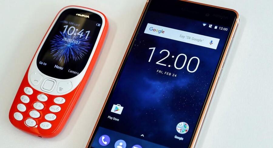 Den genopstandne Nokia 3310 (til venstre), som også lige er blevet lanceret i Danmark, er blandt de telefoner, som ikke kan bruges, når teleselskaberne lukker for GSM-mobilnettet for at give bedre plads til smartphones som f.eks. Nokia 6 (til højre). Arkivfoto: Eddie Keogh, Reuters/Scanpix