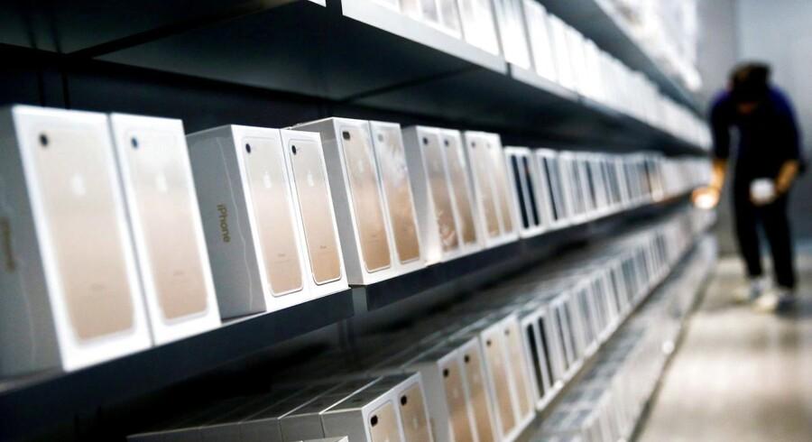 Apples iPhone 7-telefoner står linet op på hylderne i en Apple-butik i Beijing i Kina, der er Apples næststørste marked efter USA. Men her går det dårligere med salget modsat i USA, hvor iPhone-salget er gået frem for første gang i to år. Arkivfoto: Thomas Peter, Reuters/Scanpix