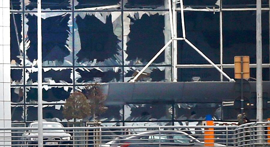 Ødelagte vinduer i terminalen.
