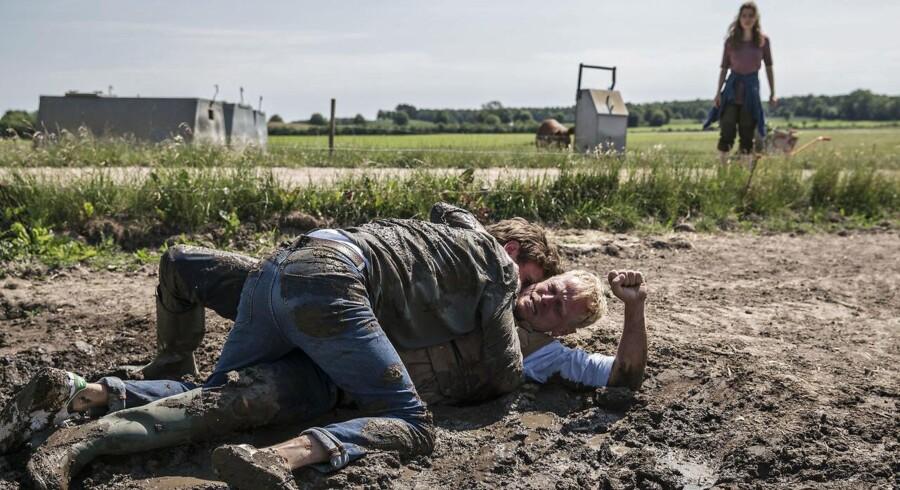 En chokeret Signe (Marie BAch Hansen) ser til, mens Emil (Mikkel Bo Følsgaard) og Frederik (Carsten Bjørnlund) slås i mudderet. Eller er det krystle og Alexis? Foto: Per Arnesen.
