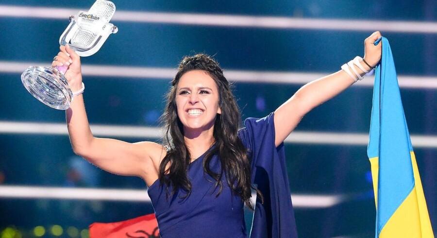 """Den ukrainske sanger Jamala har sat sindene i kog med sin vindersang """"1944"""". Her fejrer hun sejren ved gårsdagens Eurovision i Sverige."""