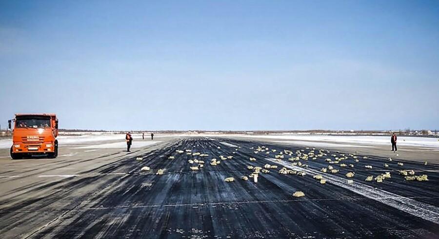 Der lå guld spredt overalt på landingsbanen i Yakutsk i det østlige Rusland, efter baglugen i et fragtfly åbnede, da flyet skulle til at lette.