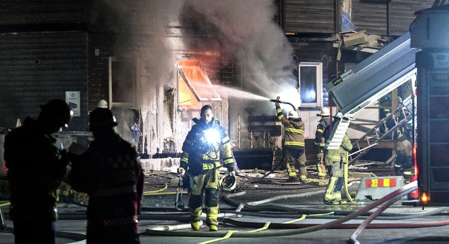 Brandmænd bekæmper en brand i et svensk asylcenter i oktober 2016.