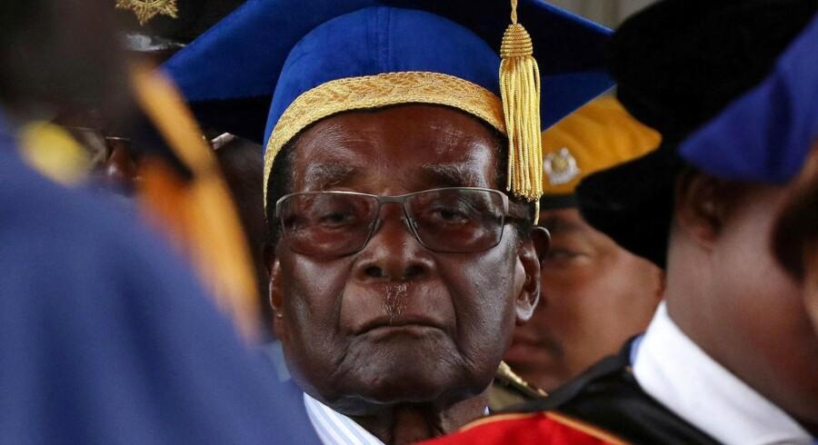 Kilder siger til Reuters, at det regerende parti Zanu-PF mødes søndag for at fyre den 93-årige Mugabe.