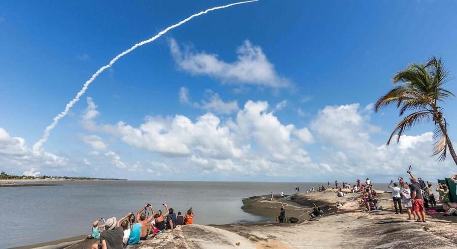 Interesserede følger opsendelsen af en Ariane 5-raket med fire satellitter til Europas eget GPS-system, Galileo. Opsendelsen skete fra den europæiske rumfartsorganisation ESAs base i Kourou i Fransk Guyana i Sydamerika. Arkivfoto: Jody Amiet, AFP/Scanpix