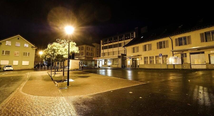 Den unge mand, der havde psykiske problemer, gik til angreb på tilfældige personer på et postkontor i byen Flums ved 20-tiden søndag aften.