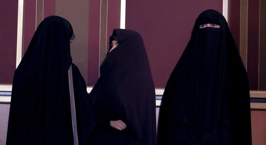 """Iran har anholdt otte personer, fordi de arbejdede med """"u-islamisk"""" modelarbejde på internettet. Anholdelserne er foretaget i forbindelse med en to år lang operation kaldet """"Spider II"""", hvor der har været fokus på blandt andet modeller, som sender fotos via internettet uden at bruge hijab til at dække deres hår, som loven kræver det af kvinder i Den Islamiske Stat. Arkivfoto."""