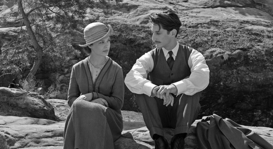 Paula Beer og Pierre Niney i den franske film »Frantz«. Foto fra filmen