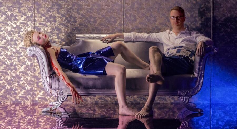 Nicolas Winding Refn poserer til filmfoto i anledning af »Neon Demon«.