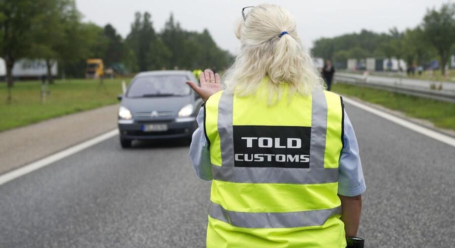 ARKIVFOTO - Danske toldere stopper bilister ved den dansk/tyske grænse ved Padborg tirsdag d. 5 juli 2011- - Se RB 16/6 2015 08.16. 2000 flere politibetjente, genindførelse af grænsekontrol og mere videoovervågning står højt på DF-ønskeliste. (Foto: CLAUS FISKER/Scanpix 2015)