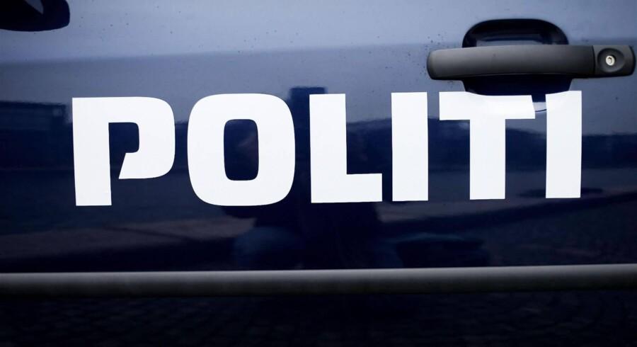Flere politipatruljer kørte tirsdag til Køge Handelsskole, efter at der var set grove trusler på Facebook. To elever blev anholdt og sigtet (arkivfoto). Pressefoto Rigspolitiet
