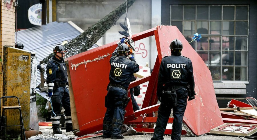 ARKIV. Københavns Politi er fredag 17. juni 2016 i gang med fjerne hashboder i Pusher Street i Christiania. Hashhandlen er tilbage på Christiania. Det er ikke et nederlag, mente politiet, der tror, kampen kan vindes. (Foto: Liselotte Sabroe/Scanpix 2016)