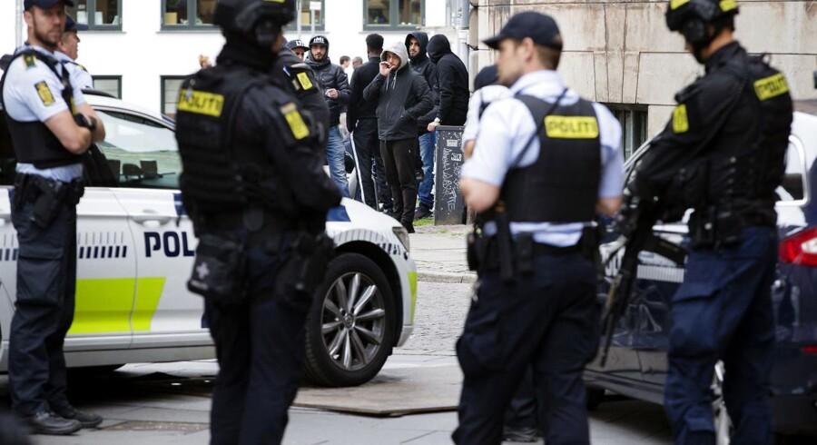 LTF-bandeleder Shuaib Khan er anholdt og sigtet for trusler mod en politimand. Lørdag i sidste uge blev han fremstillet i grundlovsforhør i Københavns Byret. Politiet var massivt til stede.