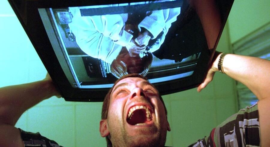 GENREBILLEDE. RASENDE MAND SMADRER TV-APPARAT. MODELBILLEDE.
