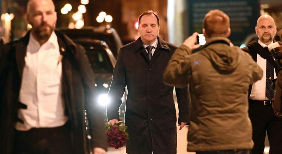 Indtil videre har det været den svenske statsminister, Stefan Löfven, der her ses ved gerningsstedet for terroren, der har ført ordet på nationens vegne. Alle andre holder lav profil, og ingen i det politiske miljø kæder indtil videre terrorangrebet på Drottningsgatan sammen med de seneste års svenske masseindvandring af muslimske asylansøgere og familiesammenførte. AFP PHOTO / Jonathan NACKSTRAND
