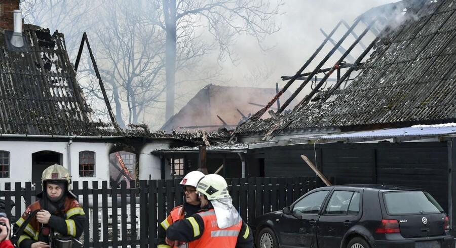 Beredskabsfolk arbejder ved en lade i Fårup, hvor en person er brændt inde søndag d. 12. februar 2017. Politiet forsøger at fastslå årsagen til branden.