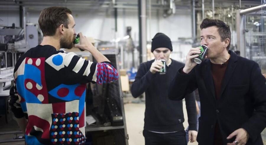 Mikkel Borg Bjergsø smager på øl sammen med Rick Astley på De Proef Brouwerij i Belgien.