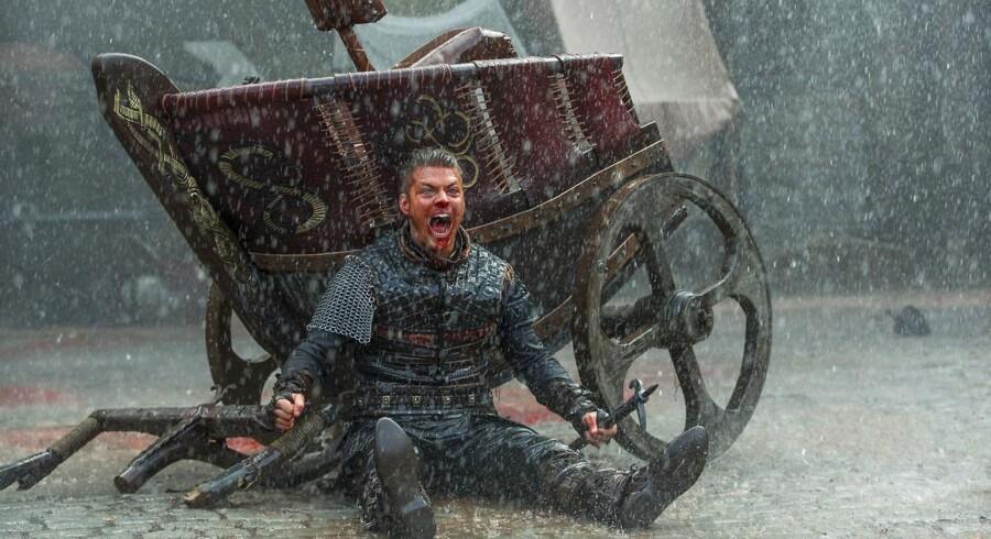 »Jeg kom ind i serien efter nogle sæsoner. Man er helt grøn og føler en helvedes masse pres, fordi produktionen er så stor. De har bygget en vikingelandsby i baghaven. Og der er mange hundrede statister i fuld hår og makeup,« siger Alex Høgh Andersen, der spiller Ivar »the Boneless« i den populære TV-serie »Vikings.«