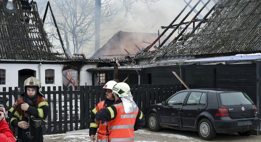 Beredskabsfolk arbejder ved en lade i Fårup, hvor en person er brændt inde søndag d. 12. februar 2017. Politiet forsøger at fastslå årsagen til branden. . (Foto: Lars Rasborg/Scanpix 2017)