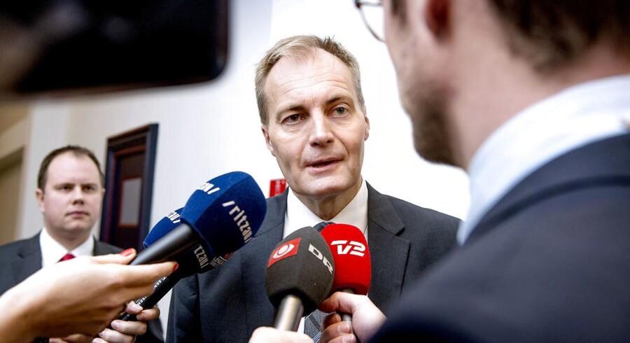 Arkivfoto: I slutningen af november mødtes regeringen med Socialdemokraterne og de borgerlige partier om yderligere stramninger på blandt andet asylområde. Her ankommer Dansk Folkeparti med Peter Skaarup i spidsen til forhandlingerne.