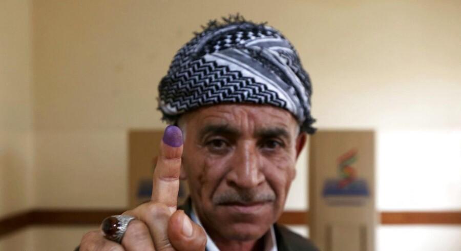 En kurdisk mand viser sin finger efter at have afgivet sin stemme ved folkeafstemningen om løsrivelse fra Irak on 25. September, 2017. / AFP PHOTO / SAFIN HAMED