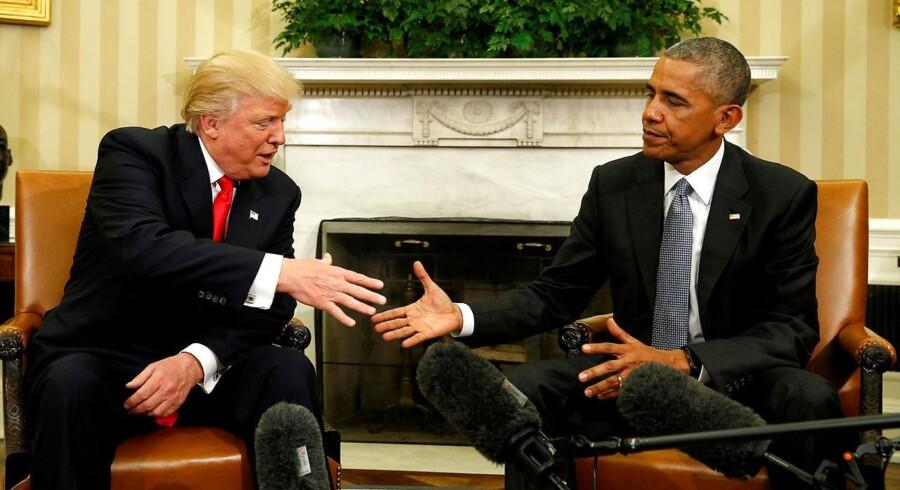 Dte var dengang: To dage efter præsidentvalget i november rakte den nyvalgte præsident Donald Trump og den fratrædende Barack Obama hånden ud til hinanden. Men både og efter har der ikke været andet end spektakel mellem de to. REUTERS/Kevin Lamarque/File Photo TPX IMAGES OF THE DAY