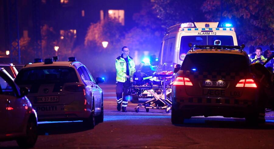 Politiet massivt til stede efter et skyderi i København ved Ragnhildgade, mandag den 16. oktober 2017. Københavns Politi fik klokken 21.05 anmeldelse om skyderi i området omkring Ragnhildgade på grænsen mellem Ydre Nørrebro og Ydre Østerbro. Umiddelbart efter blev en 16-årig dreng fundet livløs i gården bag Ragnhildgade 48. Den 16-årige var ramt af flere skud og blev kort efter erklæret død af en ambulancelæge.