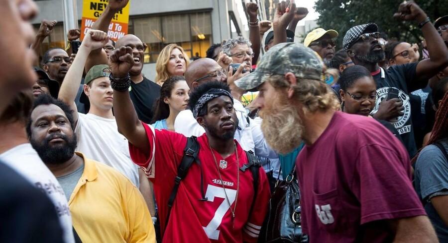 Mange demonstranter - flere iført Kaepernicks trøje med nummer 7 fra tiden hos San Francisco 49ers - var mødt op foran NFLs hovedkvarter.