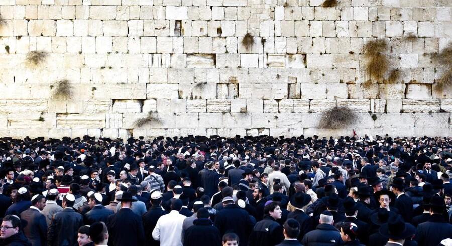 Lerseglet, der forestiller to mænd foruden en kort tekstinskription, blev fundet i nærheden af Grædemuren (eller Vestmuren) i Jerusalem. Grædemuren er den sidste eksisterende del af det store jødiske tempel, som romerne ødelagde for næsten 2000 år siden.