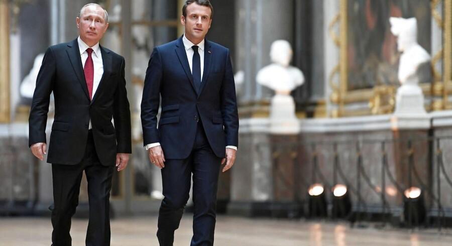 Den franske præsident Emmanuel Macron (th) og russisk præsident Vladimir Putin ankommer til deres fælles pressemøde, efter et møde i Versailles-paladset nær Paris den 29. maj 2017.