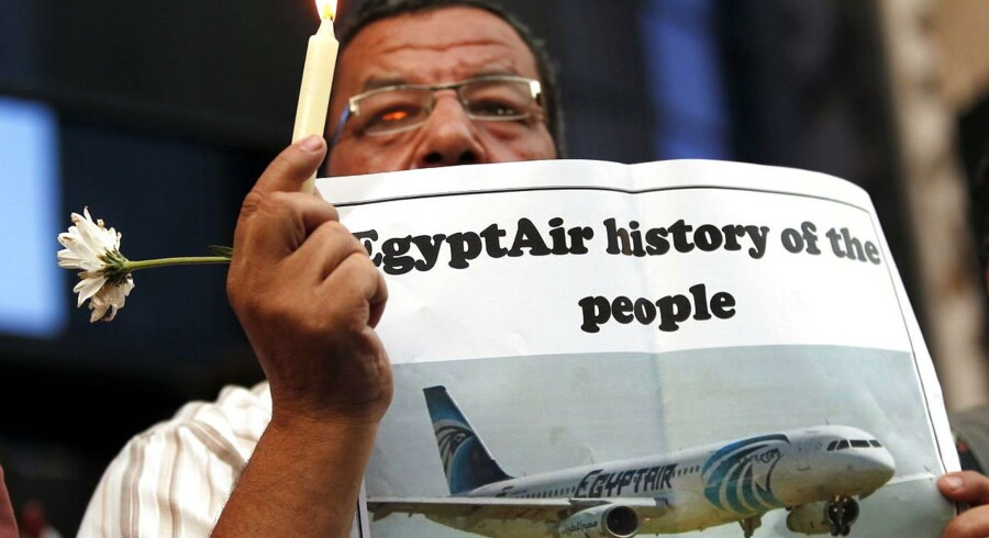 epa05327443 Egyptian Journalists light candles during a candlelight vigil for the victims of EgyptAir flight 804, in front of the Syndicate of Journalists in downtown Cairo, Egypt, 24 May 2016. The Armed Forces of Egypt announced that the debris of an EgyptAir Airbus A320, which had disappeared early on 19 May 2016, as well as personal belongings of the passengers are floating in the Mediterranean Sea, north of the Egyptian city of Alexandria. The EgyptAir passenger jet had left Paris bound for Cairo with 66 people on board, but crashed into the Mediterranean Sea for yet unknown reasons. EPA/KHALED ELFIQI