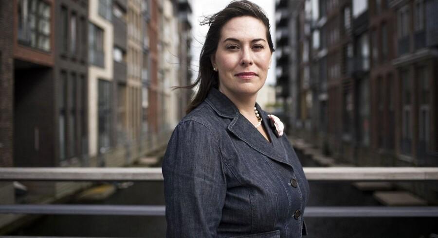 48-årige Brooke Harrington har udgivet bogen »Kapital uden grænser«, som beskriver hvordan verdens største kapitalforvaltere systematisk gemmer store formuer i skattely. Selv bor hun med sin søn i København, hvor hun arbejder som professor på CBS.