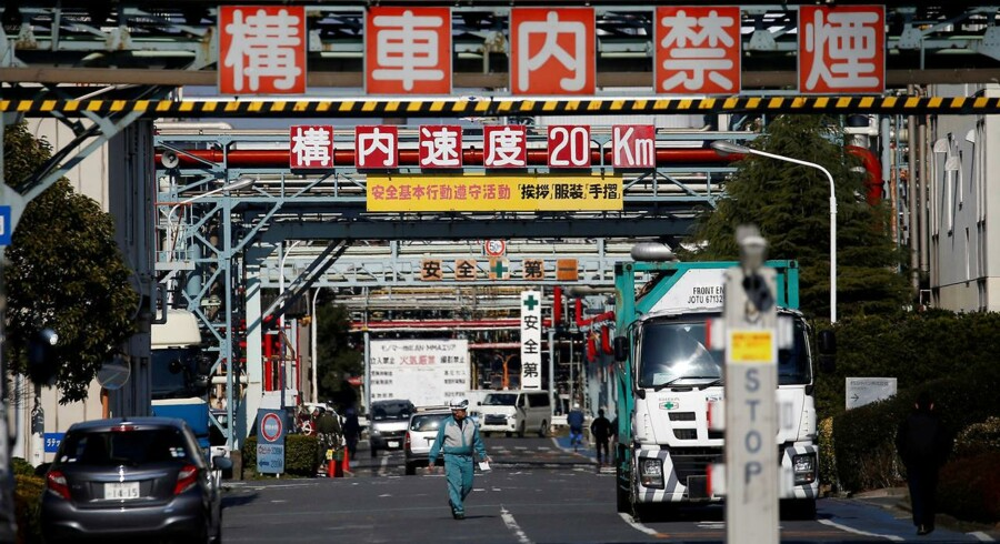 Arbejdere går ved en fabrik i Keihin industrizonen i Kawasaki. Foto: Issei Kato/Reuters