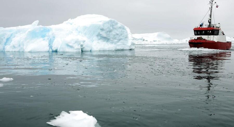 Farvandene ud for Grønland - her Ilulissat nord for polarcirklen - kan være farlige, og derfor skal skibe kunne tilkalde assistance. TDC har tidligere stået for sikkerhedstjenesterne i Grønland og Danmark og får nu tildelt efterbetaling. Arkivfoto: Michael Bothager, Scanpix