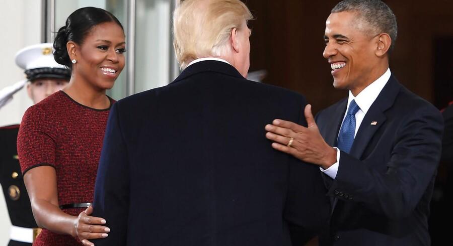 Først anklagede Trump sin forgænger for slet ikke at være amerikaner. Så mødtes Trump og Obama med store smil i Det Hvide Hus. Og nu anklager Trump forgængeren for at have iværksat aflytning af hans telefoner og derfor at være enten »slem« eller »syg«. (Foto: JIM WATSON/Scanpix 2017)