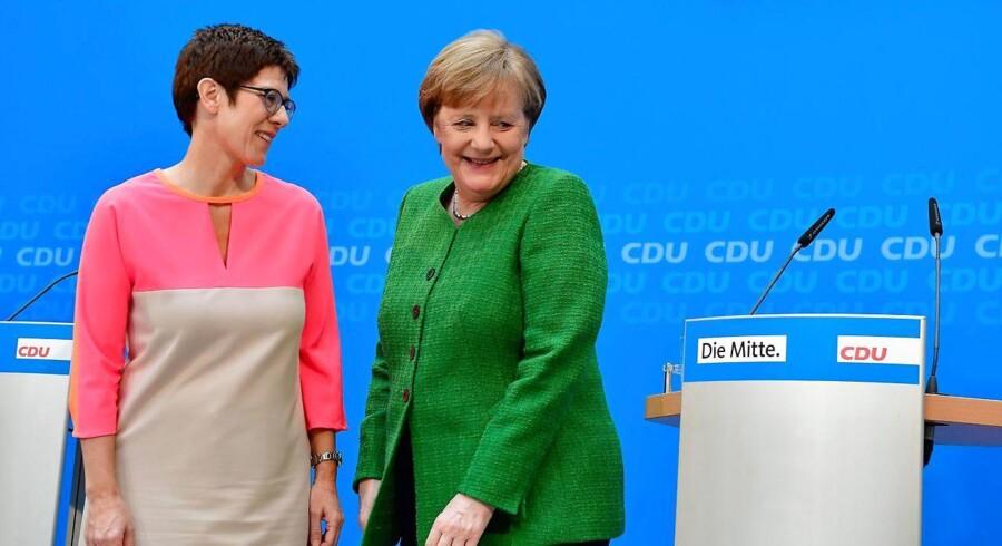 Annegret Kramp-Karrenbauer (tv.) og Angela Merkel fra Tysklands konservative CDU. Som udpeget generalsekretær har Kramp-Karrenbauer forøgede chancer for at efterfølge Merkel som kanslerkandidat for CDU.