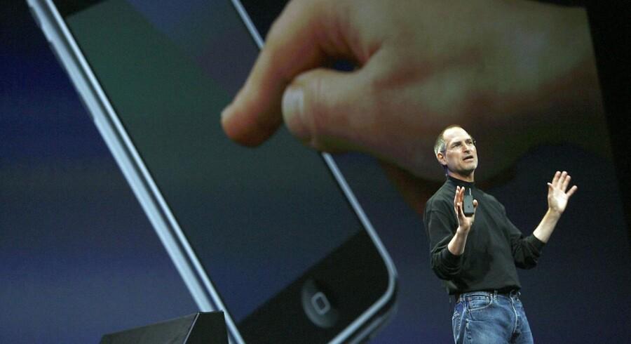 Applechef Steve Jobs præsenterede den 9. januar 2007 den mobiltelefon, som markedet i næsten et år havde hørt rygter om. Det nye apparat kunne gå på nettet, og man kunne også bruge den til digitalt musikanlæg og som kamera. Og så fik den det pudsige navn »iPhone«
