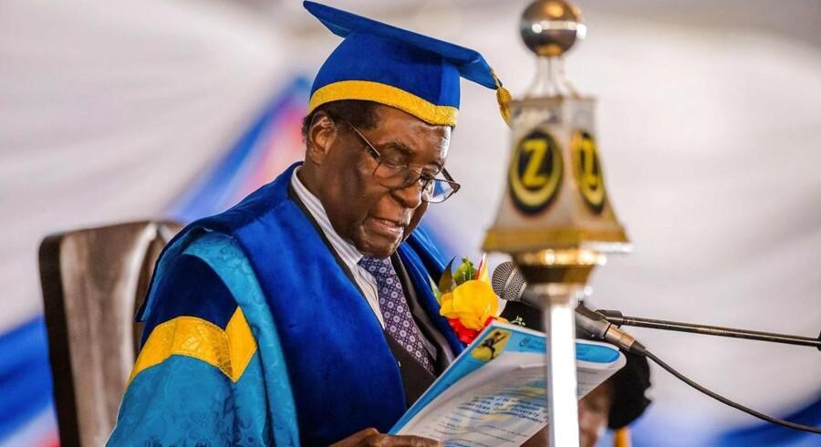 »Mugabe selv er blevet placeret i det, der ligner delvis husarrest, hvor han formentlig venter på at få en aftrædelsesordning i form af beskyttelse af hans milliardformue og straffrihed for sine kriminelle handlinger.« Arkivfoto