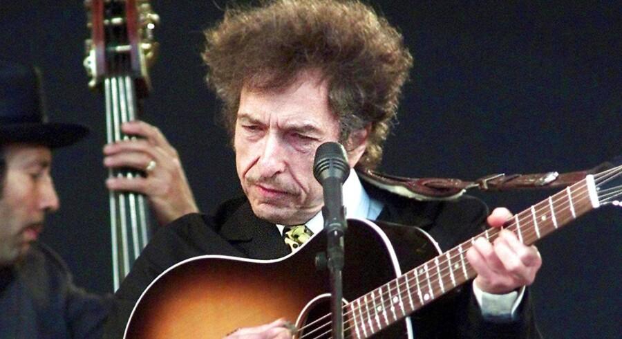 Bob Dylan virker ikke til at være ret imponeret over Nobelprisen i litteratur.