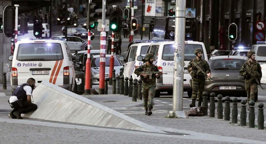 Gerningsmanden bag det nyelige selvmordsangreb i Bruxelles havde materialer til at fremstille eksplosiver i sin lejlighed. Han havde angiveligt også IS-sympatier, viser undersøgelser af hans computer. Ingen andre end gerningsmanden selv kom noget til under angrebet. Her ses militær og politi ude foran banegården, hvor angrebet fandt sted.